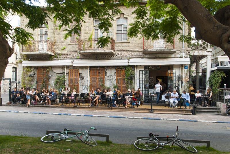 Maj 22, 2017 Folket sitter på tabeller utanför restaurangen på den Rothschild boulevarden i Tel Aviv israel fotografering för bildbyråer