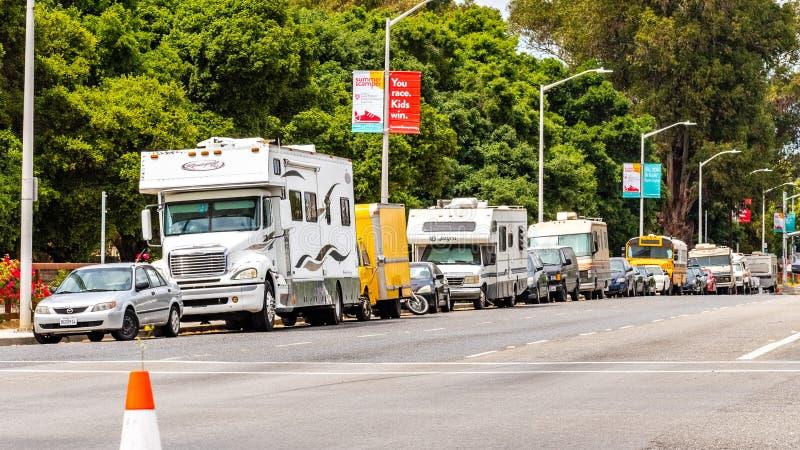 Maj 9 i RVs parkujący na stronie El Camino real blisko do Stanford w San Francisco zatoce, 2019 Palo Alto, CA, usa/- obozowicze, obraz royalty free