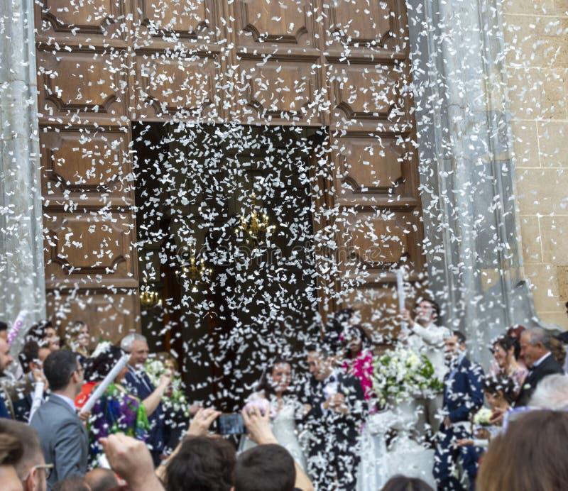 Maj 25, 2019, marsala, Italien, italienskt katolskt bröllop i kyrka med många gäster och honnör från legitimationshandlingar och  arkivbild