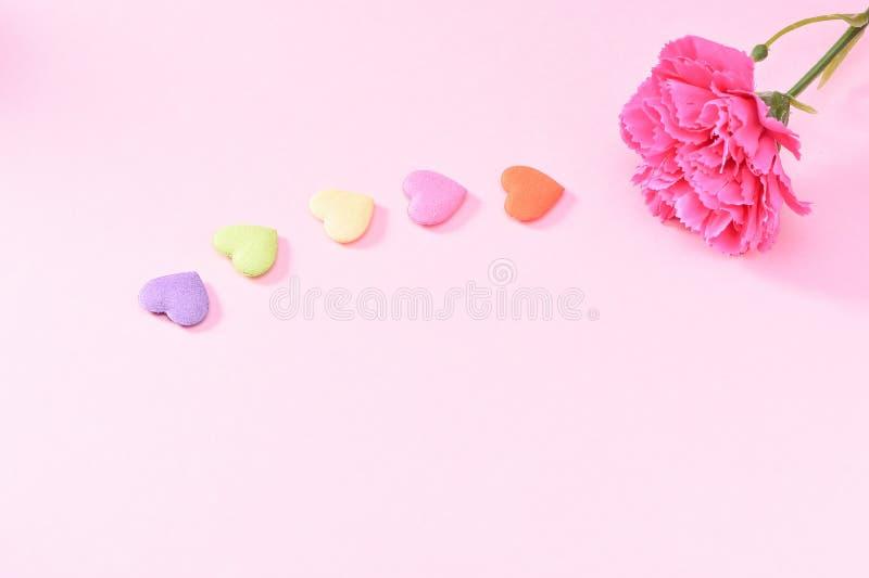 Maj Matkuje ` s dnia goździka wiązkę kwiatu bukiet z kolorowych kierowych kształtów kamieni Odgórnym widokiem, puste miejsce dla  fotografia stock