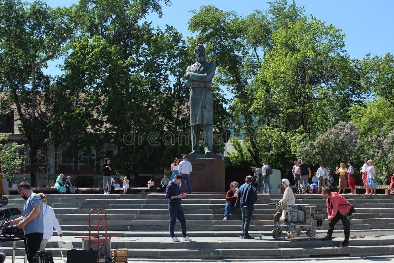 Maj 2019 moscow Foto går på Ostozhenka Engels monument royaltyfri foto