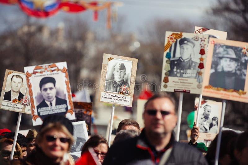 Maj 9, 2017, Nevsky perspektywa, St Petersburg, Rosja Mo?e 9 wakacje, znaki akcja Nie?miertelny pu?k, t?um zdjęcia stock