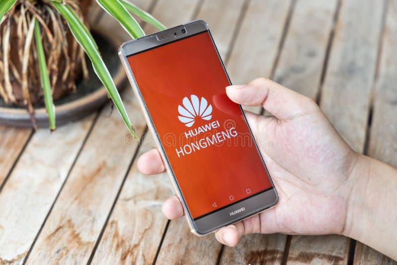 MAJ 25, 2019: Osoba trzyma Huawei szturmanu telefon z Hongmeng OS symbolem U S firmy zaczynali ograniczać sprzedaże Chiński telek zdjęcia stock