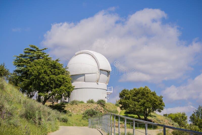 Maj 7, 2017 San Jose/CA/USA - Automatyzujący planety celownicy teleskop na górze Mt Hamilton, San Jose, San Francisco zatoki tere obrazy stock