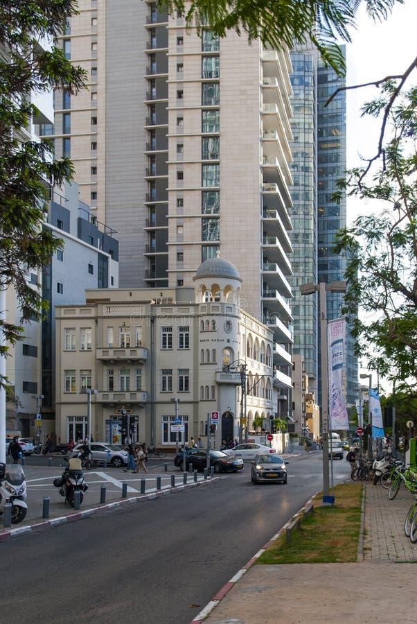 23 Maj 2017 Tappning möter modernitet Rothschild boulevard i Tel Aviv israel arkivbild