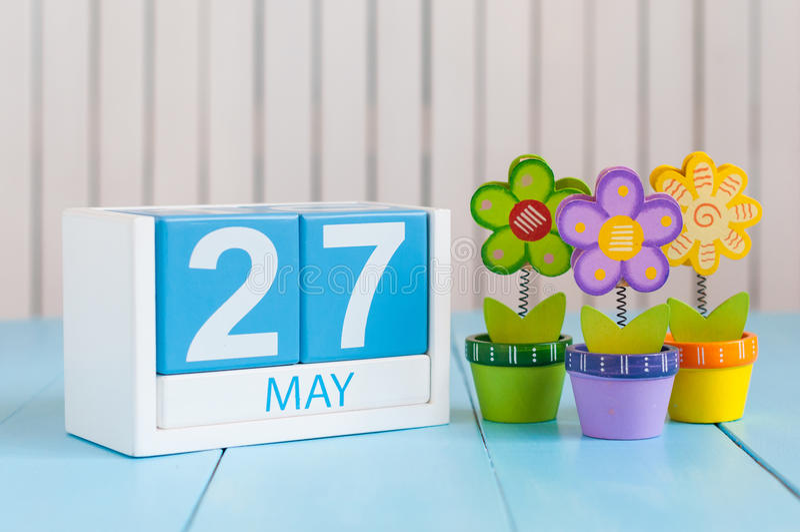 Maj 27th Wizerunek może 27 koloru drewniany kalendarz na białym tle z kwiatami Wiosna dzień, opróżnia przestrzeń dla teksta zdjęcia royalty free