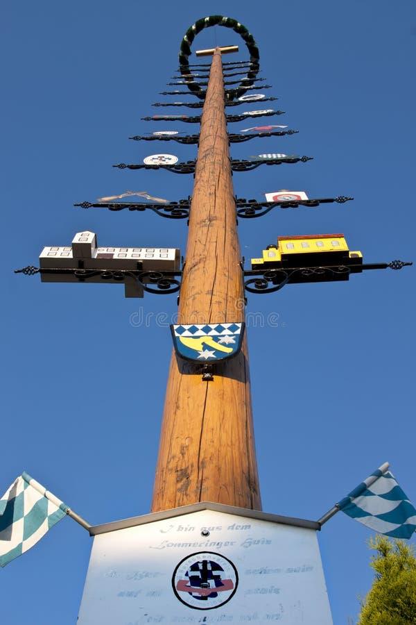 Maj träd i byn av Dasing, Tyskland arkivfoton