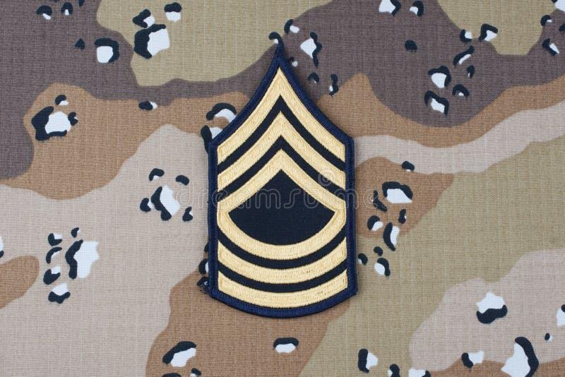 Maj 12, 2018 WOJSKO USA Mistrzowskiego sierżanta wybujała łata na pustynnym kamuflażu munduru tle obraz royalty free
