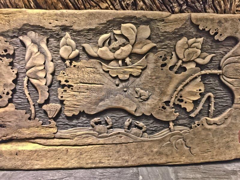 01 Maj 2018, ZIYUN PARKERAR DEN KULTURELLA och IDÉRIKA EXPON för QINGNIAO, den KUNMING STADEN, YUNNAN, KINA Gammal wood sculture royaltyfri fotografi
