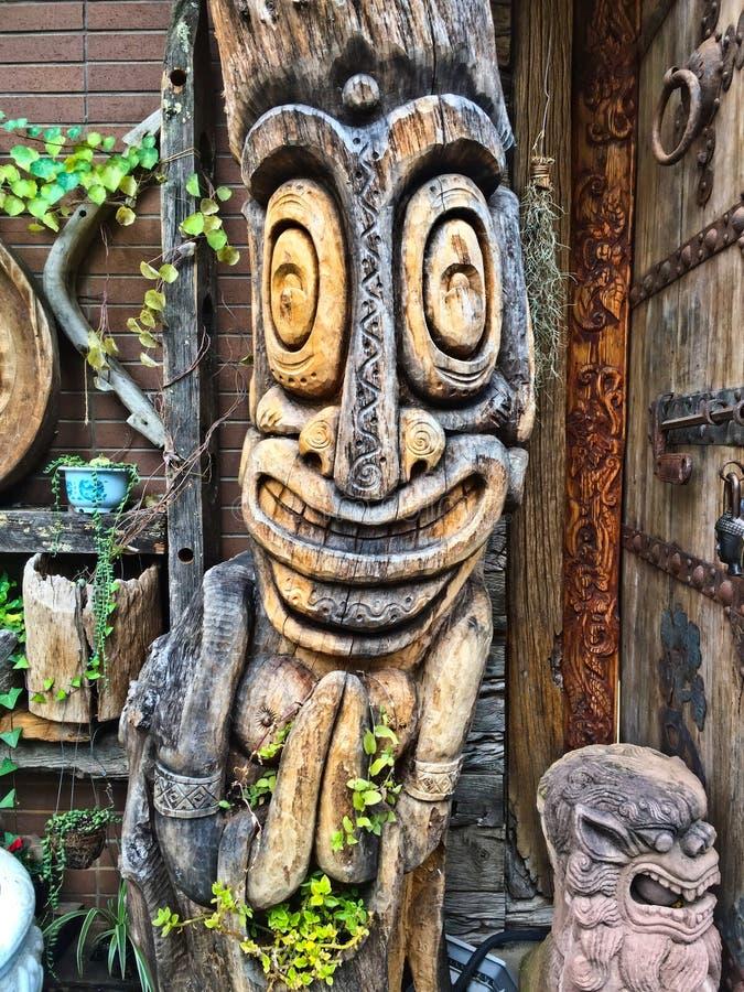 01 Maj 2018, ZIYUN PARKERAR DEN KULTURELLA och IDÉRIKA EXPON för QINGNIAO, den KUNMING STADEN, YUNNAN, KINA Gammal wood sculture royaltyfria foton