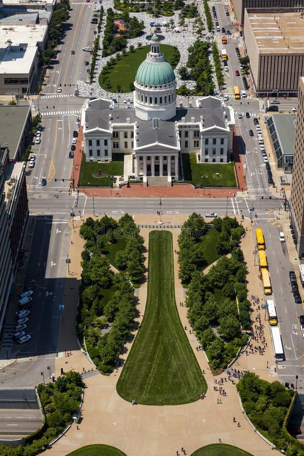 16 MAJA 2019 R., ST LOUIS, MO , USA - Widok z Gateway Arch of Old St Louis Courthouse, Gateway Arch, miejsce historycznego Dred S zdjęcie stock