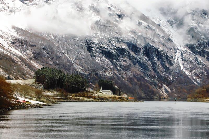 Majectic Naeroyfjord im Winter, in schützender Natur und in der kleinen Kirche von den Gefahren für die Umwelt stockfoto