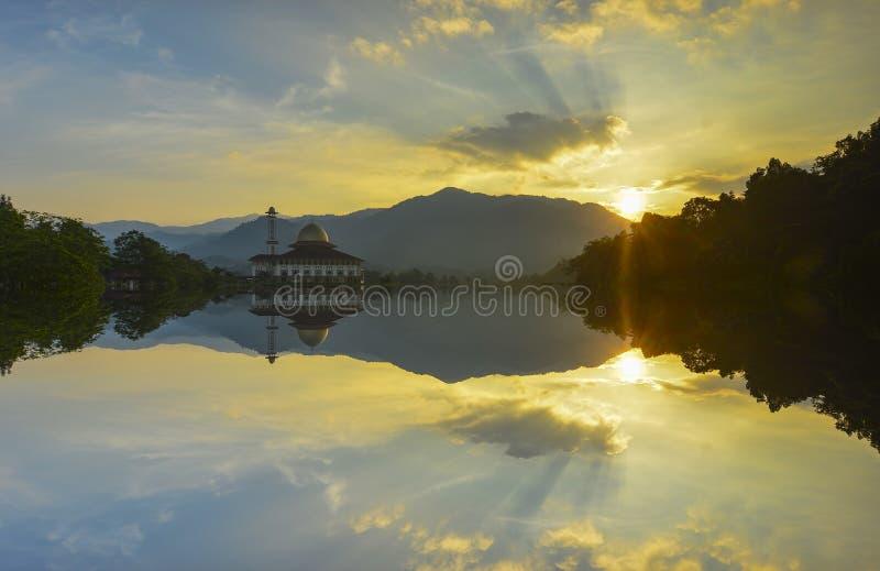 Majestätische Ansicht der Darul-Quran-Moschee während des Sonnenuntergangs mit Spiegelreflexion im See lizenzfreies stockfoto