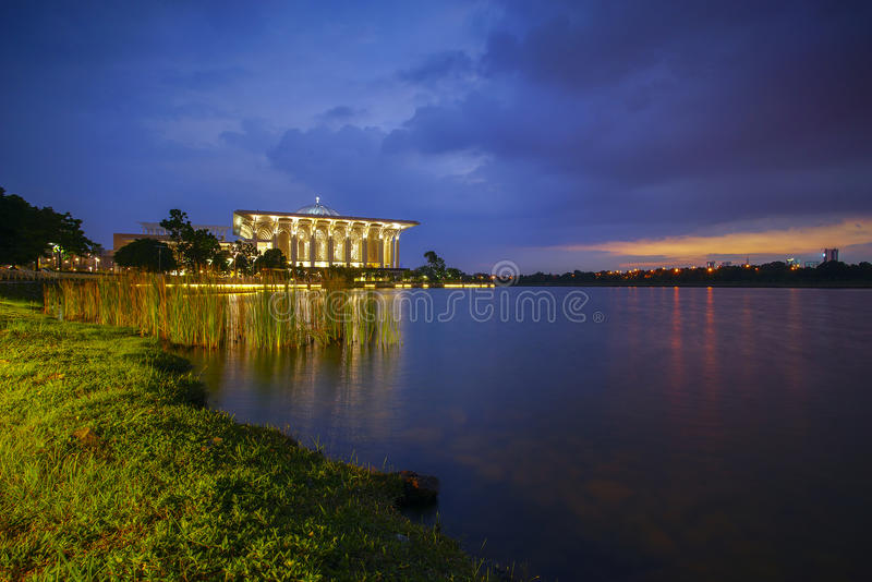 Majestätische Ansicht der Sultan Mizan Zainal Abidin Mosque-Eisen-Moschee Putrajaya während des blauen Stundensonnenaufgangs lizenzfreie stockfotografie