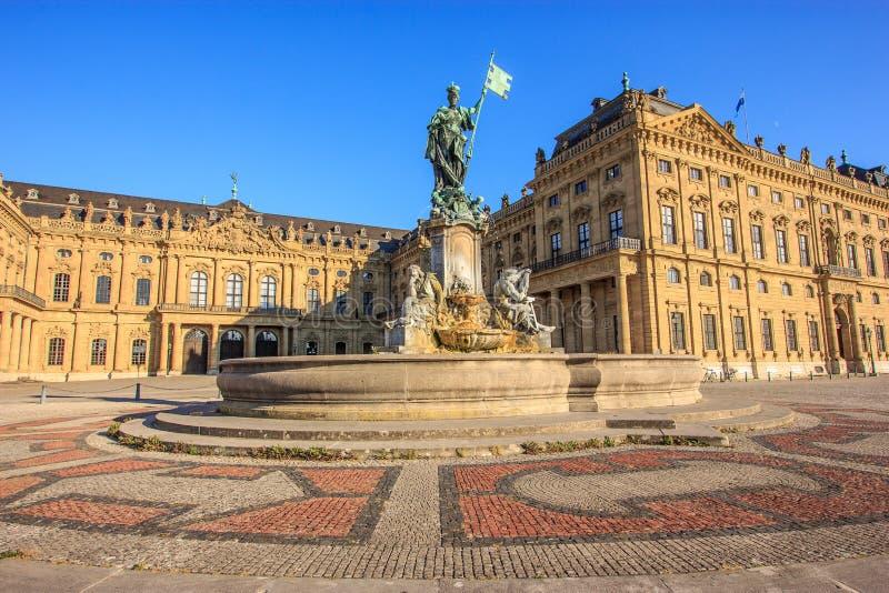 Majestätische Ansicht von Franken-Brunnen und von Fassade des Würzburg-Wohnsitzes in Würzburg, Bayern, Deutschland, Europa stockbilder