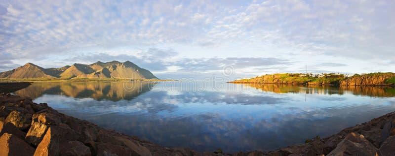 Majestätische panoramische Sommeransicht des isländischen WestDeltas nahe Borganes mit Reflexion auf Wasser, Island lizenzfreies stockbild