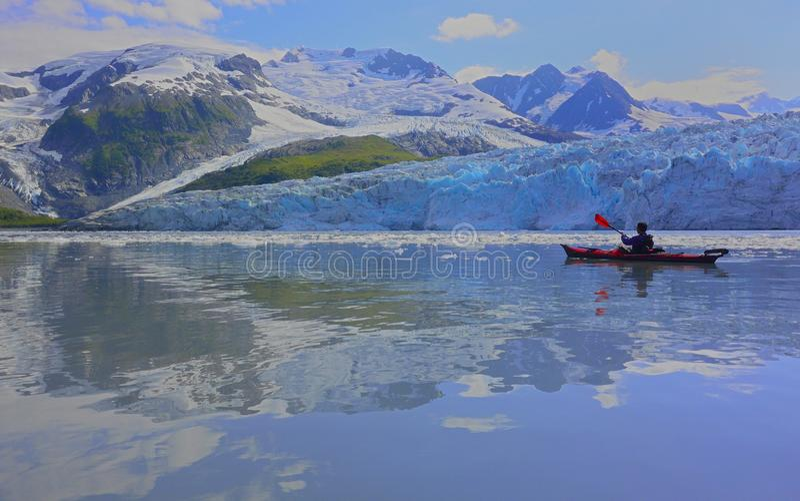Majestätischer Gletscher und Kayaker lizenzfreie stockfotos