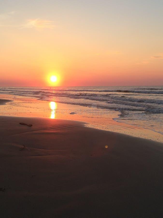 Majestätischer Sonnenaufgang auf dem Strand lizenzfreies stockfoto