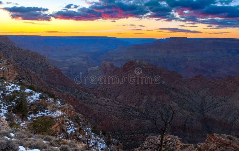 Majestätisches Vista des Grand Canyon an der Dämmerung stockfoto