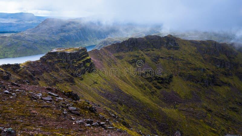 Majestätisk bergkant på mulen dag i skotsk Skotska högländerna fotografering för bildbyråer