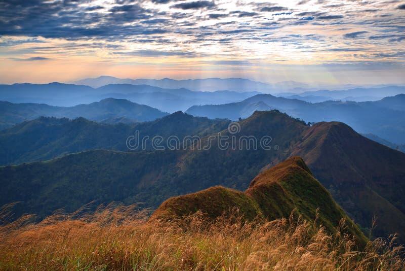 majestätisk bergsolnedgång för liggande royaltyfria foton