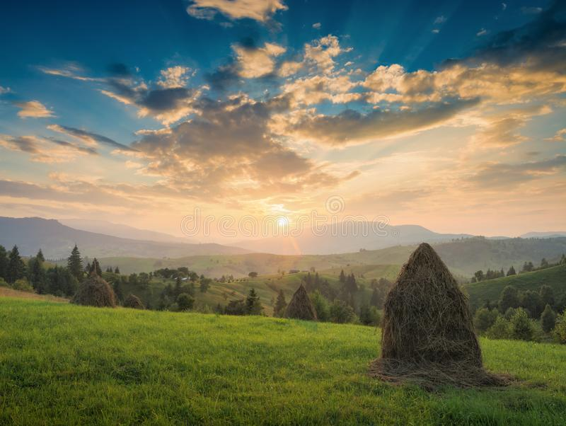 Majestätisk carpathian solnedgång i en bergdal royaltyfri foto