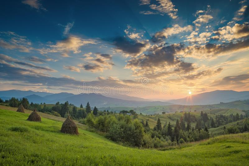 Majestätisk carpathian solnedgång i en sommarbergdal fotografering för bildbyråer