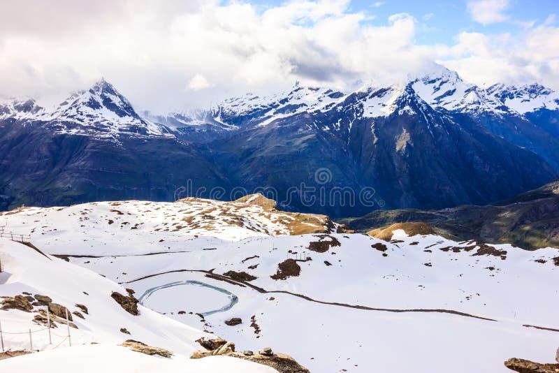 Majestätisk drömlik sikt av snöig schweiziska fjällängar som omger den Gornergrat stationen, Zermatt, Schweiz, Europa royaltyfri fotografi