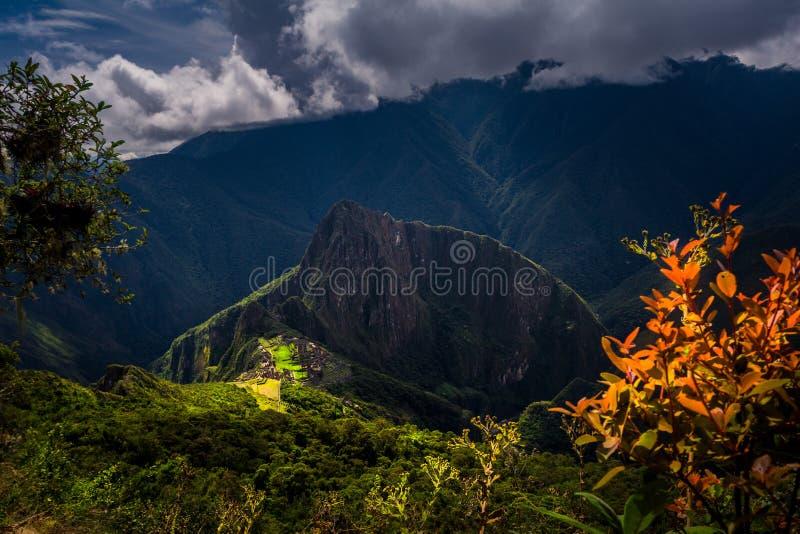 Majestätisk flyg- sikt på det Machu Picchu/Huayna Picchu berget royaltyfri bild