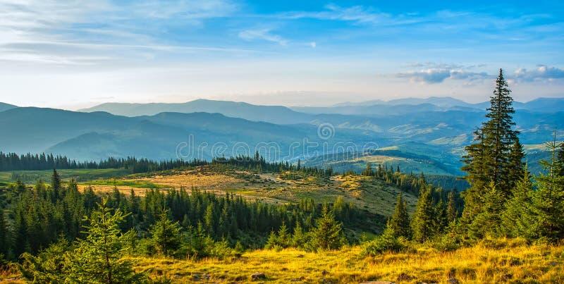Majestätisk gryning i berglandskapet Carpathian Ukraina, Europa Konstnärlig bild Carpathian Ukraina, Europa royaltyfri bild