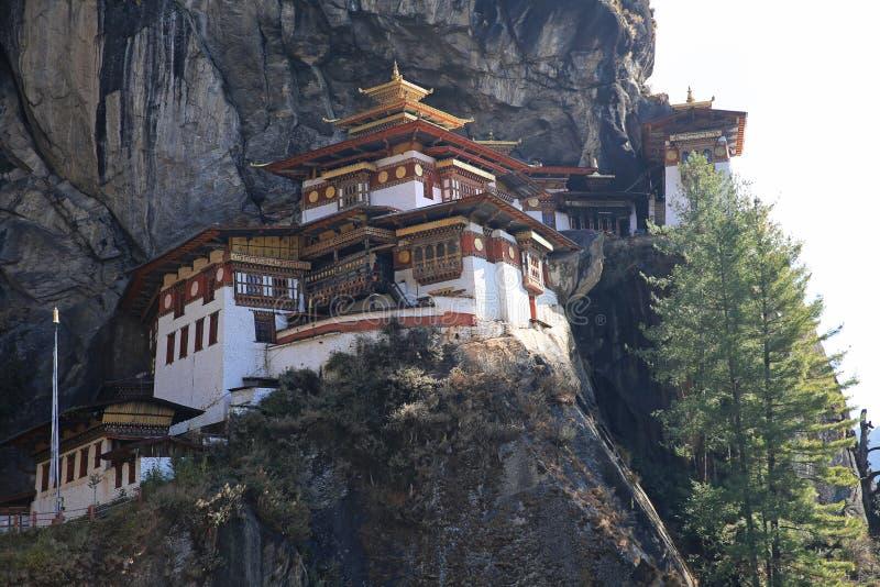 Majestätisk kloster för rede för tiger` s i bergiga Bhutan arkivfoto
