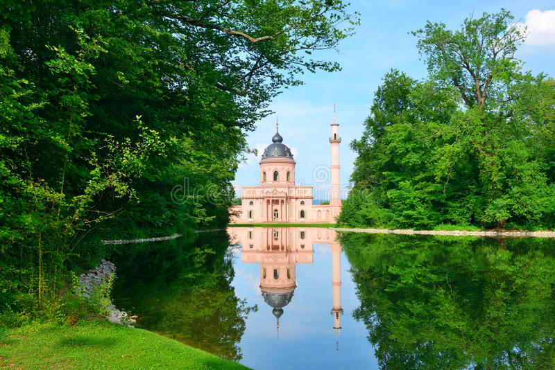 Majestätisk moské på laken royaltyfria foton