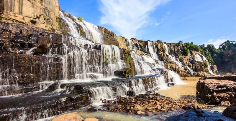 Majestätisk panoramautsikt av Pongour vattenfall, nära den Dalat staden, Vietnam, Asien arkivbild