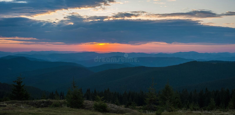 Majestätisk rosa och purpurfärgad soluppgång i morgonen i bergen royaltyfri bild