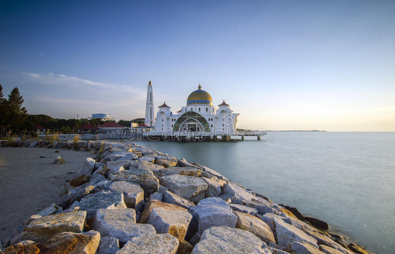 Majestätisk sikt av den Malacca svårighetermoskén under solnedgång arkivbilder
