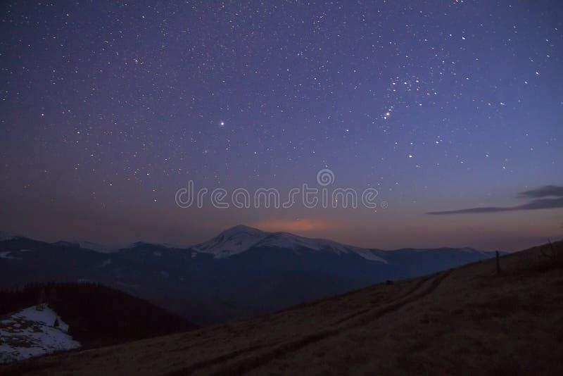 Majestätisk sikt av fantastisk stjärnklar mörk himmel över den storartade karpen arkivbild