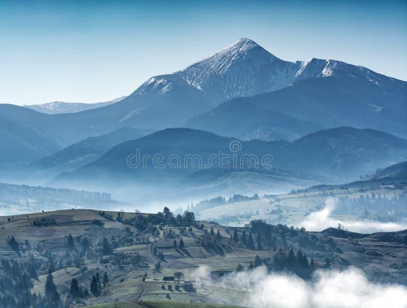 Majestätisk sikt av stora ukrainska berg royaltyfria foton