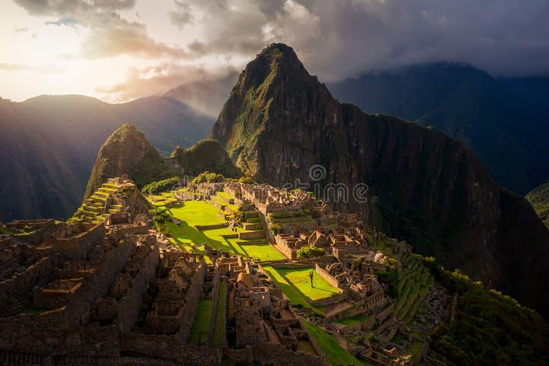 Majestätisk solnedgång över det Machu Picchu/Huayna Picchu berget royaltyfria bilder