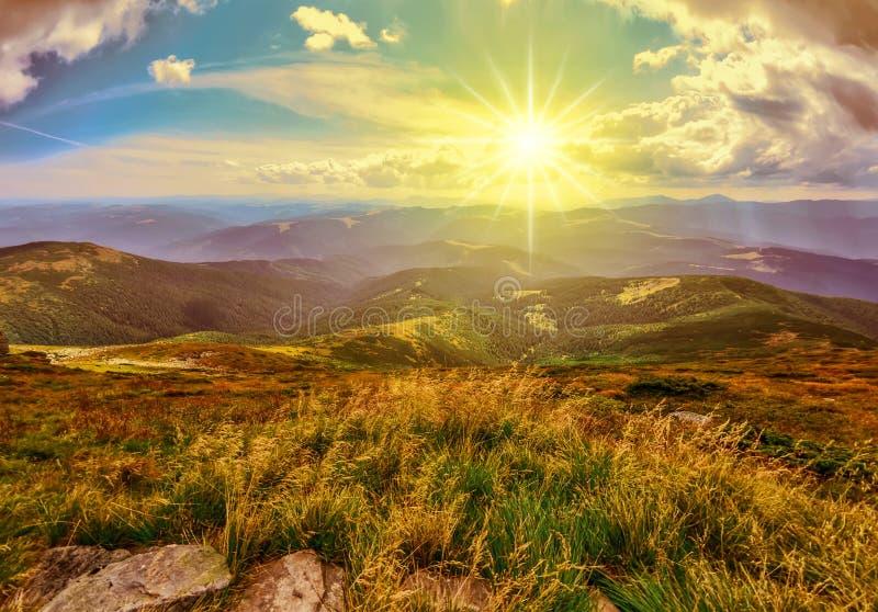 Majestätisk solnedgång i Carpathian berg, Ukraina fotografering för bildbyråer