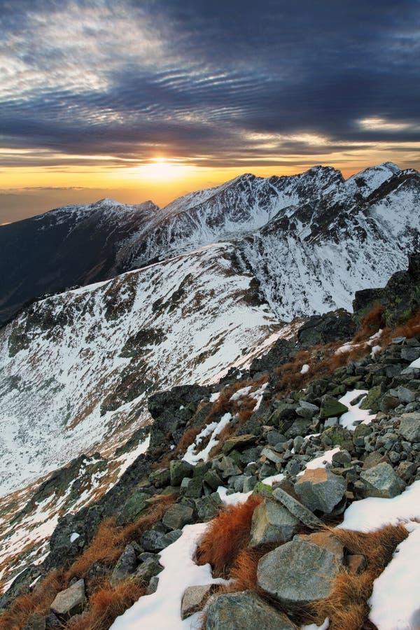 Majestätisk solnedgång i vinterberglandskap fotografering för bildbyråer