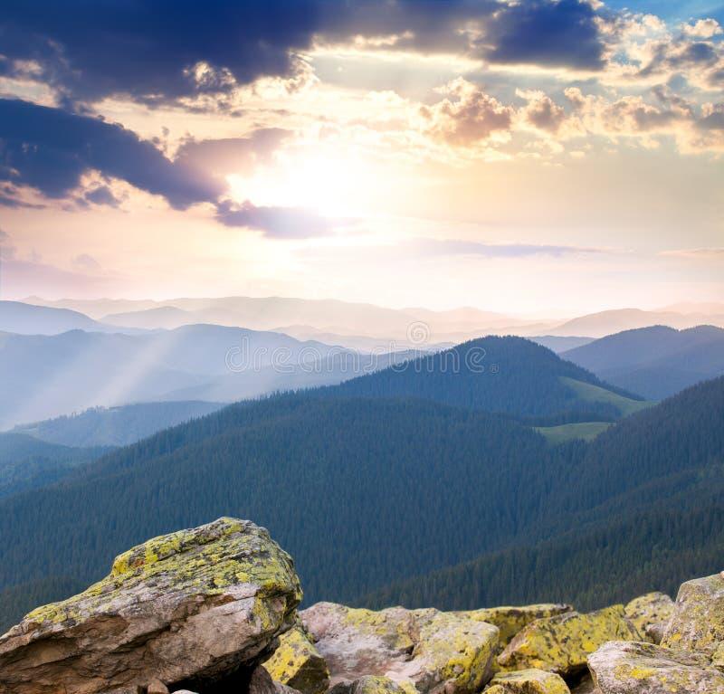 Majestätisk soluppgång över bergen med solstrålar arkivbilder