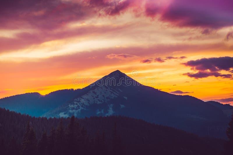 Majestätisk soluppgång i montains arkivfoto