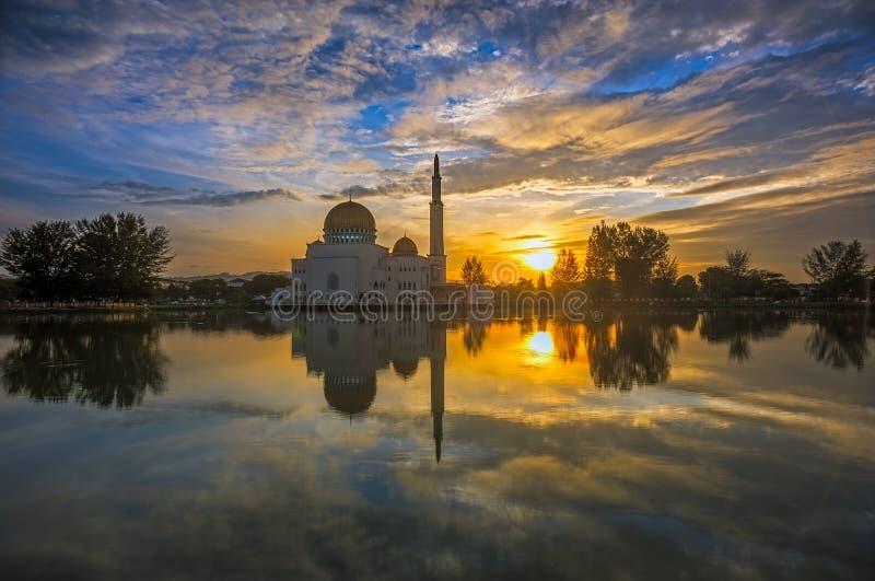 Majestätisk soluppgång på en sväva moské royaltyfri foto
