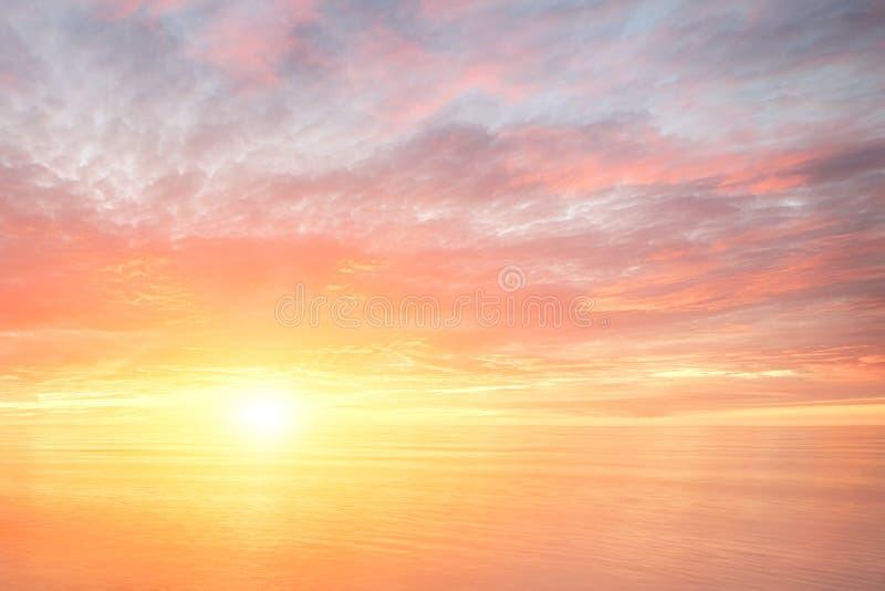 Majestätisk sommarsolnedgång över havet Fantasilandskapbakgrund Våg för hav för solnedgånghavsvatten ?verfl?d av kopieringsutrymm fotografering för bildbyråer
