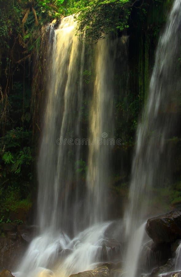 Majestätisk vattenfall i djungeln Cambodja arkivfoton
