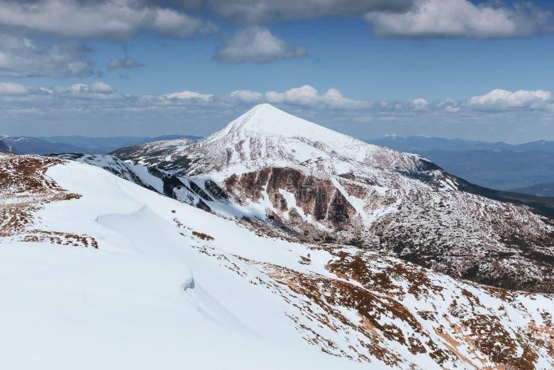 Majestätiska berg för mystiskt vinterlandskap i vinter Vinterväg i bergen I förväntan av ferien royaltyfri fotografi