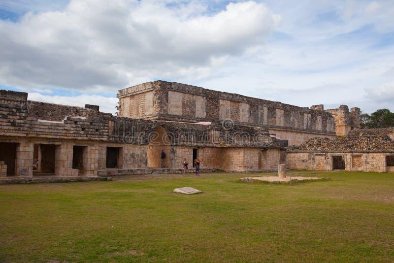 Majestätiskt fördärvar Mayastaden i Uxmal, Mexico royaltyfria foton