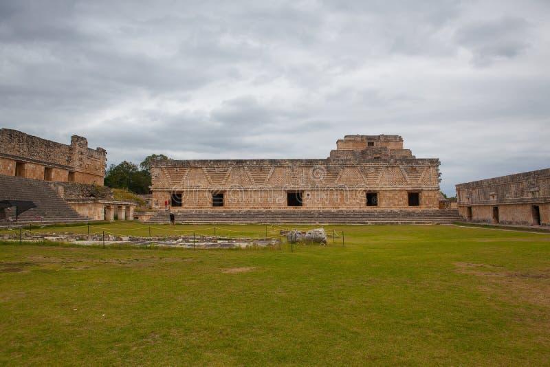 Majestätiskt fördärvar Mayastaden i Uxmal, Mexico royaltyfri fotografi