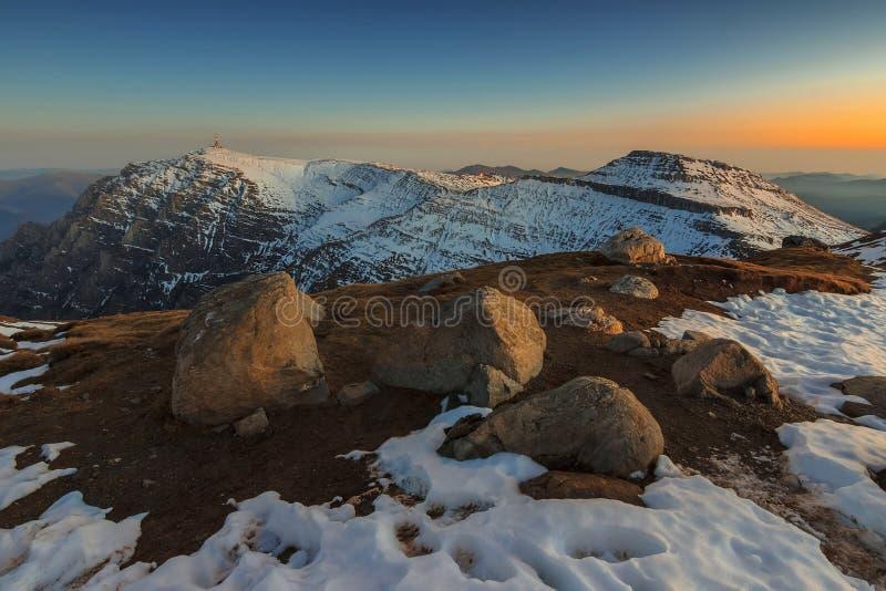 Majestätiskt vinterlandskap i de Bucegi bergen, Carpathians, Ro royaltyfri bild