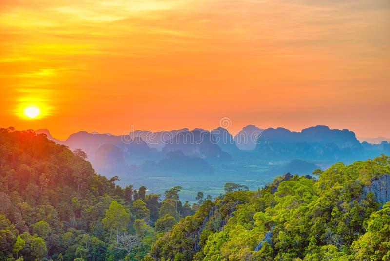 Majest?tische Gebirgslandschaft am Sonnenuntergang lizenzfreie stockfotografie